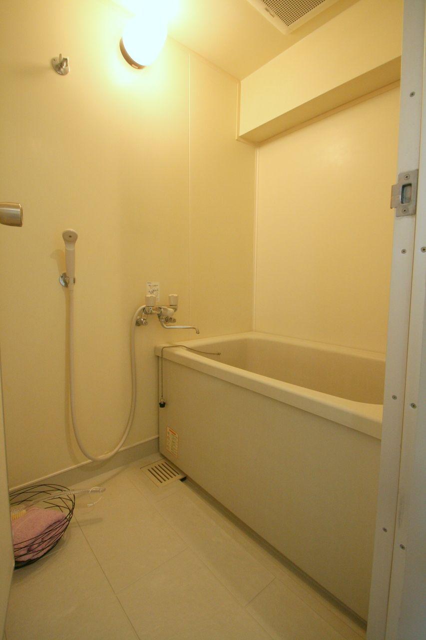 一般的なお風呂です。ライトはオレンジ、案外広いです。