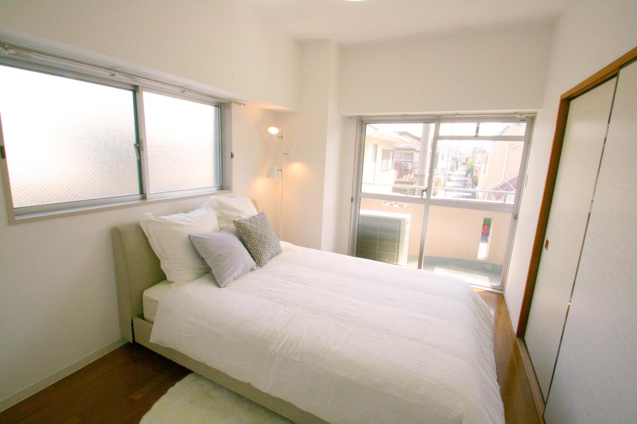 ○○物件の寝室写真です。キングベッドを置いてちょうどいい感じです。