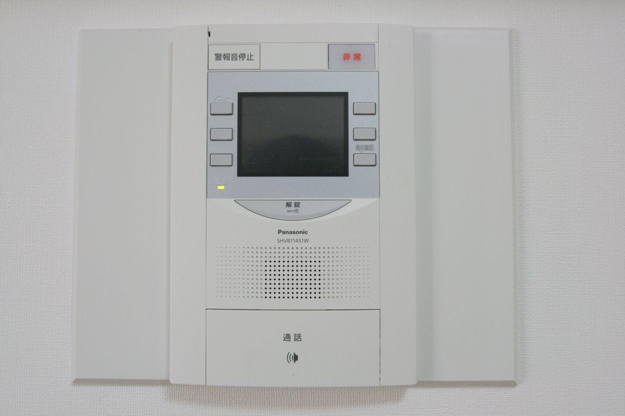インターホンもモニター付き、非常事態の時に押すボタンもあり、安心安全設計のものです。