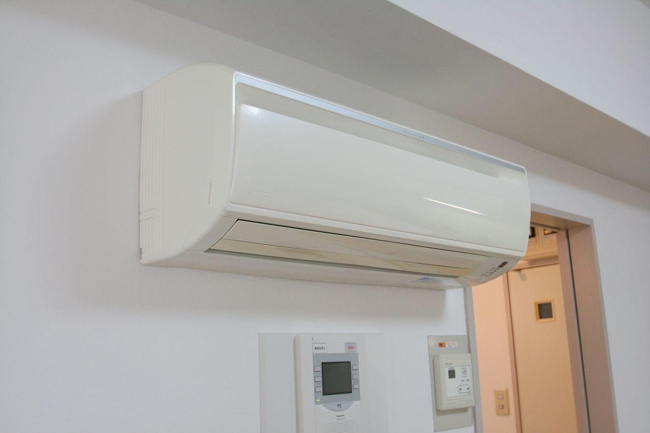 リビングにあるエアコンです。三菱製の最新型で、人を感知するすごいエアコンです。