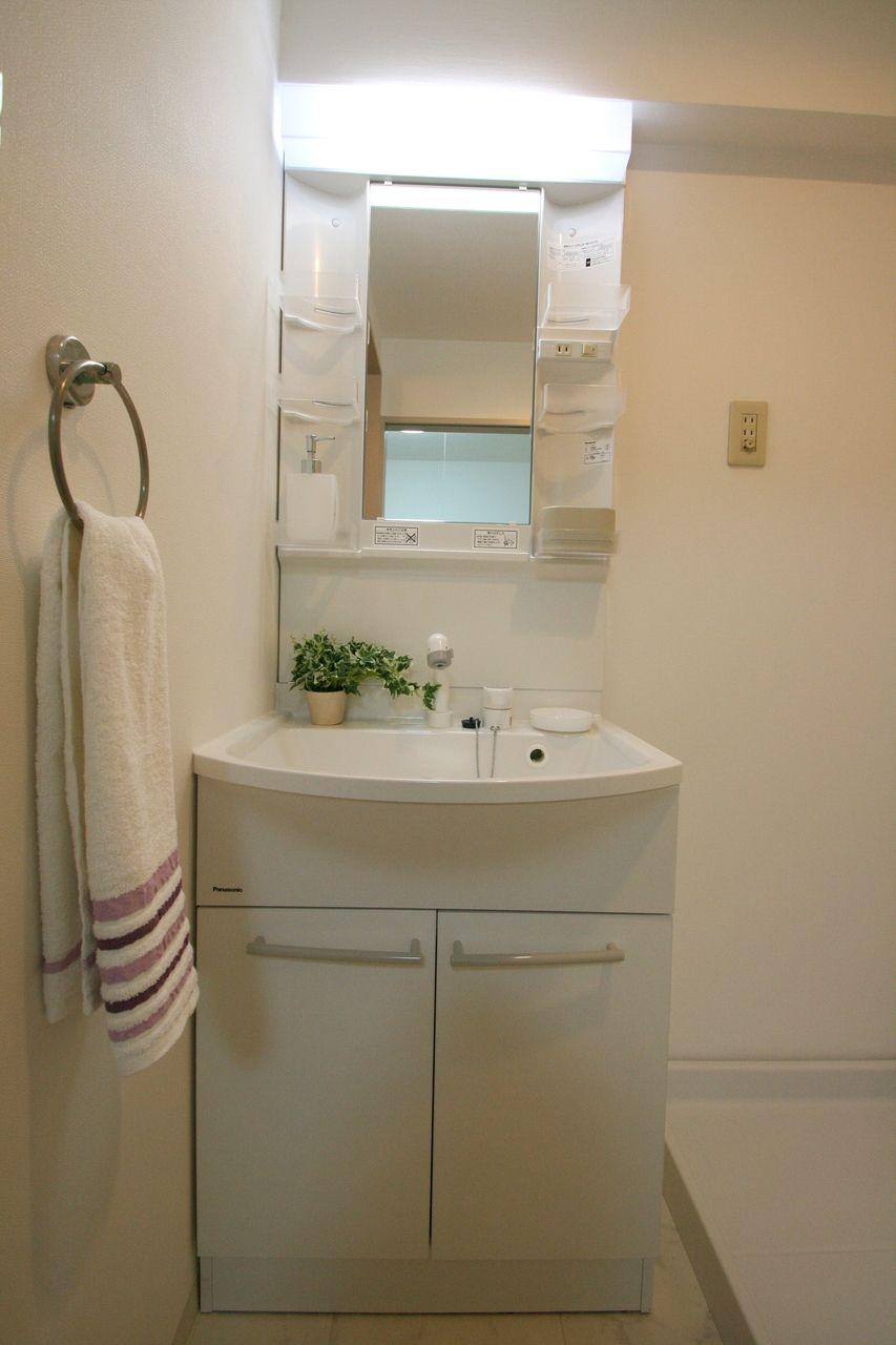 洗面台のライトは結構明るいです。観葉植物を置いておしゃれにしてあります。