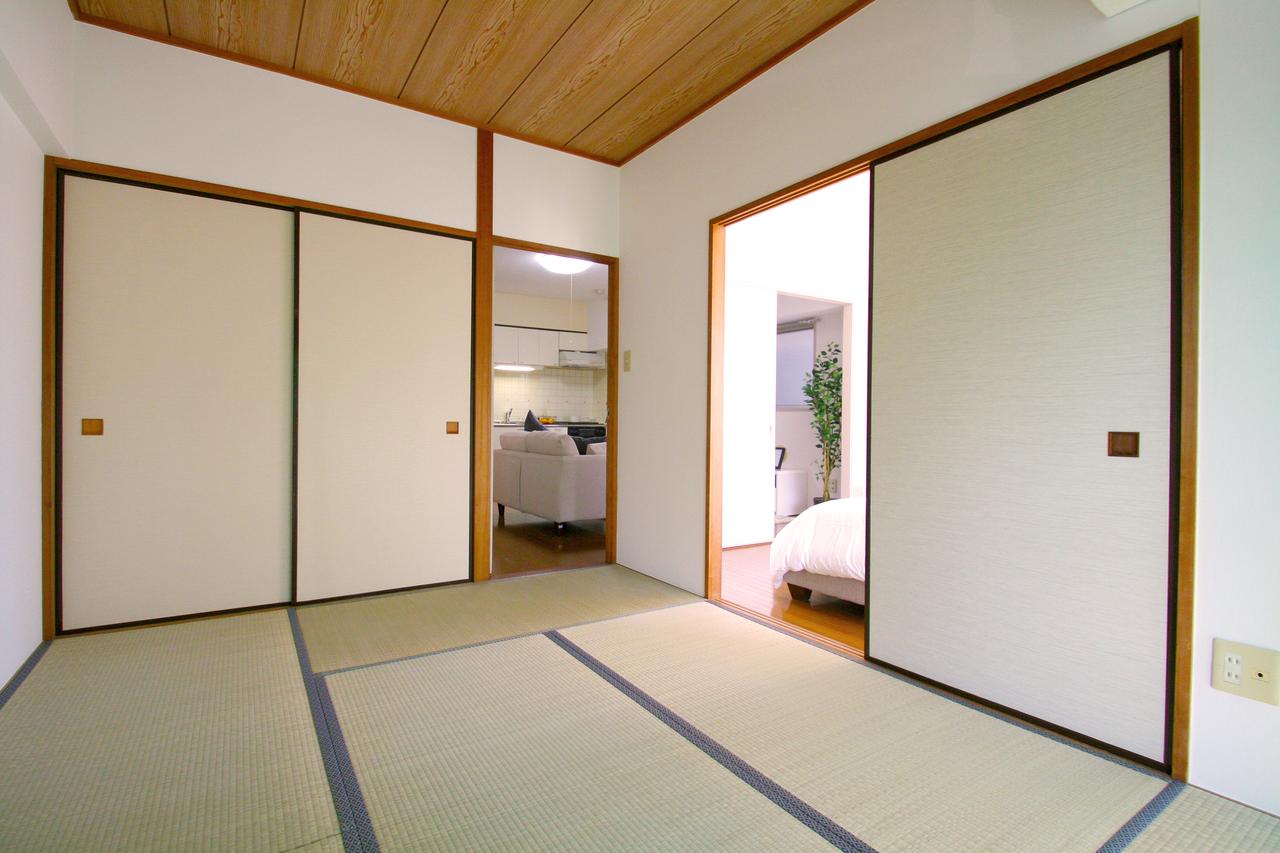 ○○物件の和室写真です。窓に日光防止のカバーを掛けているため少しくらいですが実際は日当たりバツグンです。